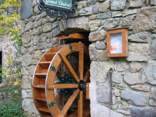 Une vraie roue de moulin eau dans votre jardin - Fabriquer une horloge a eau ...